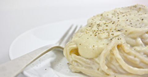 Pasta con coliflor y salsa Alfredo