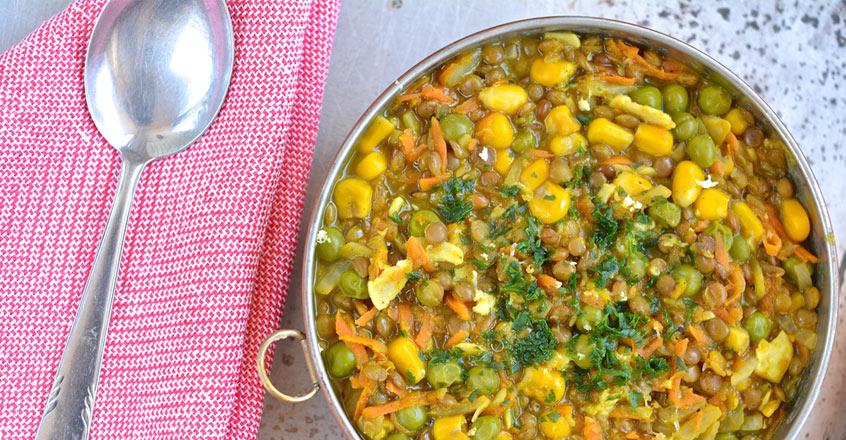Estofado de lentejas marrones con maíz y arvejas verdes