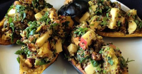 Calabaza bellota rellena con quinua, avellanas y manzanas