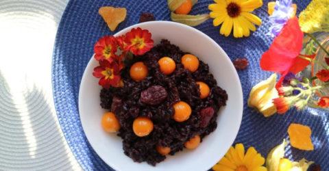Ensalada de arroz negro con uvas pasas rojas y uchuvas