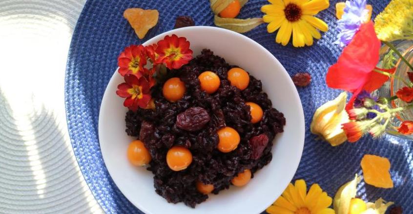 Ensalada de arroz negro con uvas pasas rojas y grosellas