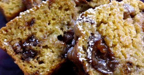 Pan de banano con cerezas y chispas de chocolate