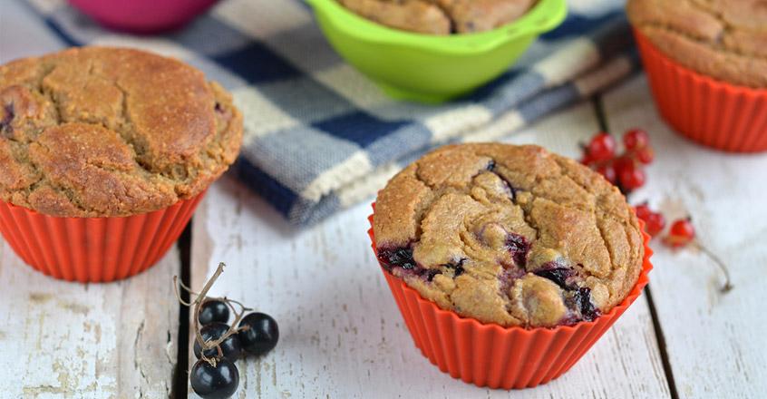 Muffins de mijo y alforfón con grosellas negras
