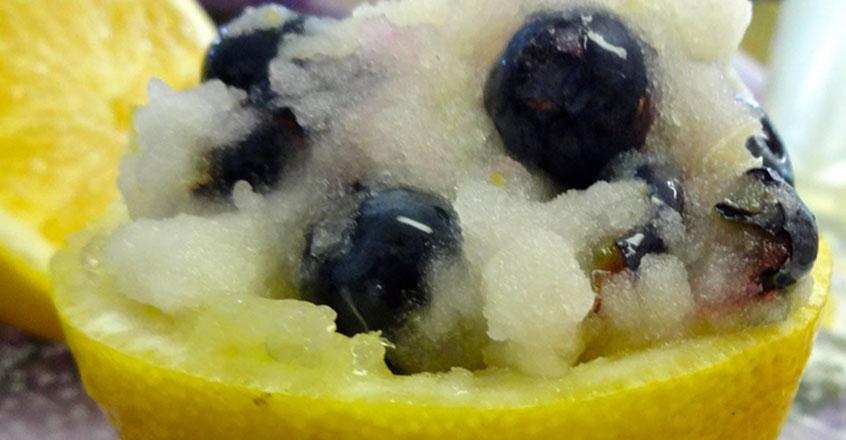 Tarta helada de limón con piña y arándanos frescos