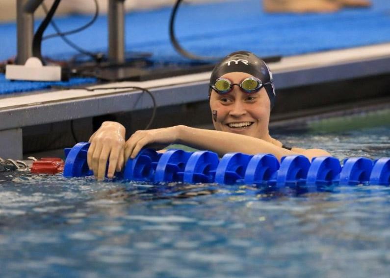 Universitaria campeona de natación Plant Strong (fuertemente basada en plantas, en español) y el legado de su familia basada en plantas