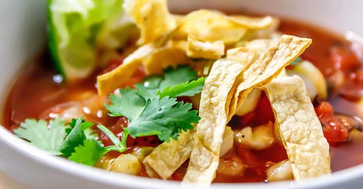 Sopa de tortilla vegana con maíz molido