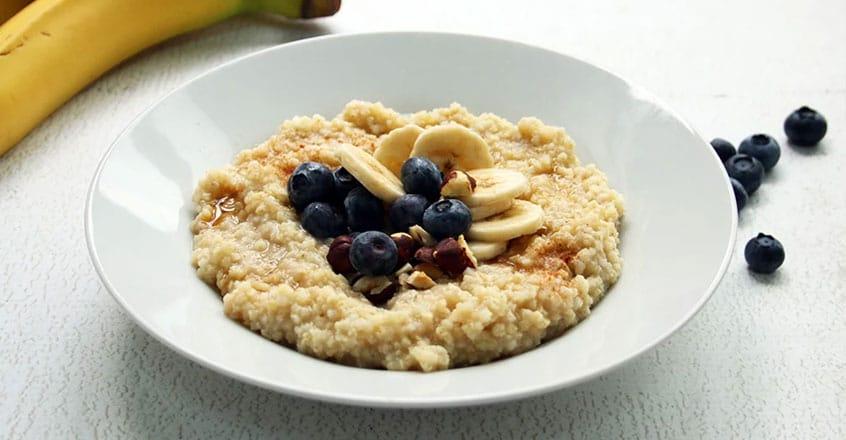Cereal de mijo con banano y arándanos