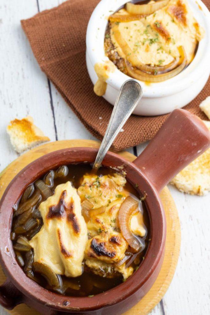 Sopa de cebolla francesa vegana