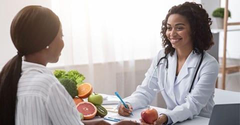 ¿Qué pasaría si a los médicos se les pagara por mantener a la gente en buena salud?