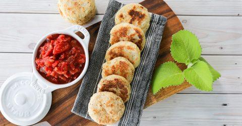 Arepas de yuca con salsa Hogao
